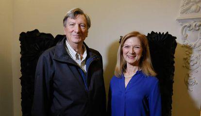 John Bailey, presidente de la Academia de Hollywood, y Dawn Hudson, consejera delegada de la institución, ayer en Madrid.