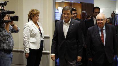 Javier Fernández junto a su compañero de partido Vicente Álvarez Areces.