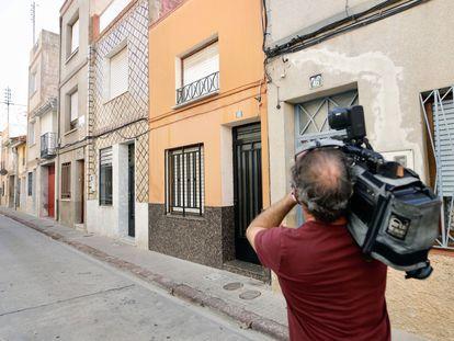 Un cámara graba el domicilio donde ocurrieron los hechos, este martes.