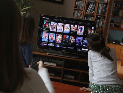 Una familia ve la television de una plataforma de pago.