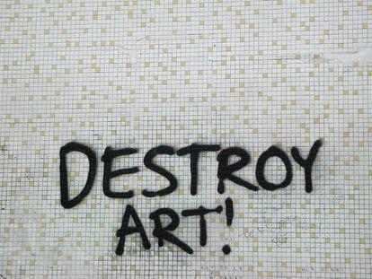 Lo peor que puede pasar este verano es que Banksy se cuele en tu baño y deje huella.