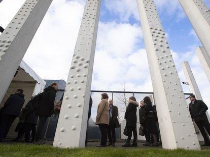 Allegados de las víctimas del MH17 derribado en Ucrania en 2014 hacen cola este lunes para entrar a la apertura del juicio en Ámsterdam.