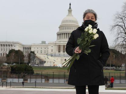 Azhenedt Sanabria lleva flores al Capitolio para honrar al agente muerto en el asalto, el 8 de enero de 2021.