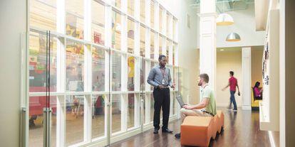Espacios abiertos e informales en la sede de Rackspace en Texas.