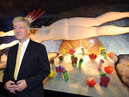 El director David Lynch, ante una de sus obras de la exposición 'Maquínas, abstración y mujeres', en París, en la Galeria LaFayette.