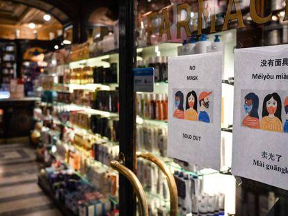 Una farmacia de Roma, con carteles que indican que tiene las mascarillas agotadas.