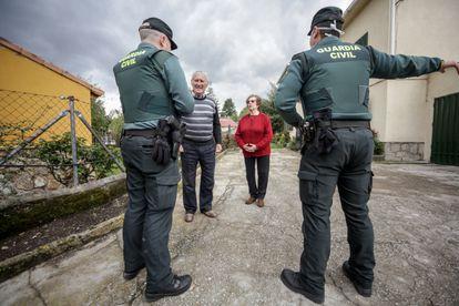 Agentes de la Guardia Civil visitan a varios ancianos en Rascafría (Madrid), el 17 de abril.