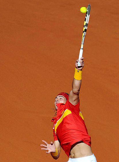 Rafael Nadal, al servicio durante su duelo con Novak Djokovic.