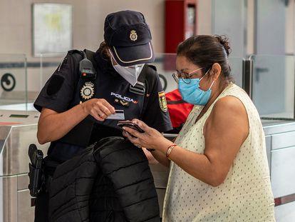 Control policial en la estación de tren de Entrevías, Madrid, para comprobar que se usa el tren por una causa justificada.