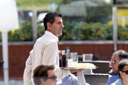 Un camarero atiende a los clientes en una terraza en la localidad vizcaina de Getxo. EFE/Archivo