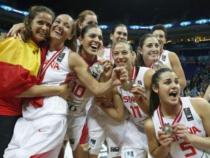 Las jugadoras de la selección de baloncesto celebran la plata mundial.