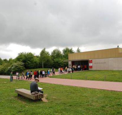 Visitantes en el exterior del Museo de Altamira.