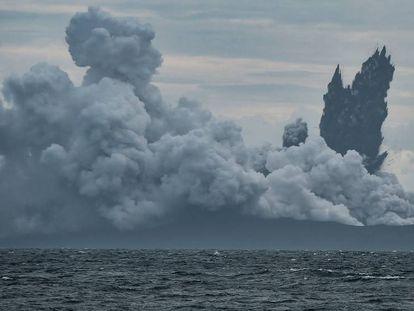 FOTO: El volcán Anak Krakatau expulsa cenizas ardientes en una imagen tomada desde el mar el 28 de diciembre. / VÍDEO: Imágenes del volcán en erupción antes del tsunami del sábado pasado.
