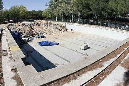 Obras en la piscina del polideportivo de la calle del general Fanjul, en Aluche.