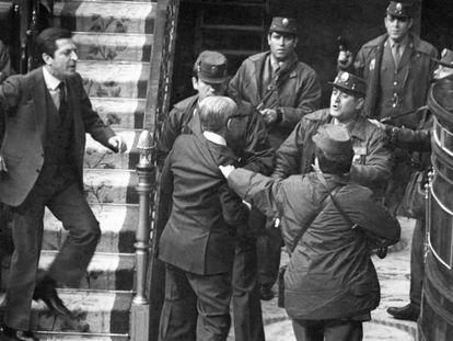 El presidente del Gobierno Adolfo Suárez increpa a los guardias civiles que zarandean al vicepresidente Manuel Gutiérrez Mellado durante el intento de golpe de Estado del 23 de febrero de 1981.