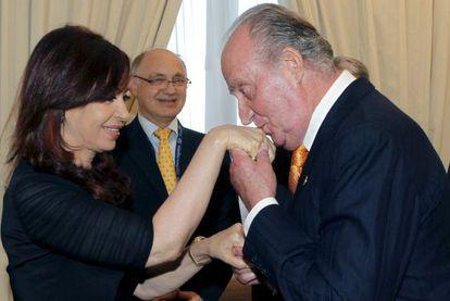 El rey Juan Carlos saluda a Cristina Fernández en 2010 en Mar del Plata.