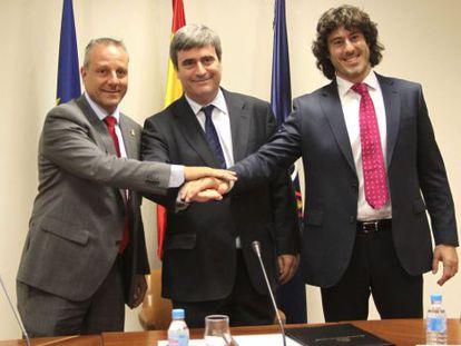 Francisco Blázquez, presidente de la federación, Miguel Cardenal, del CSD, e Iñaki Malumbres, de la asociación de jugadores, tras firmar el protocolo.
