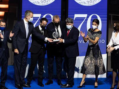 De izquierda a derecha, Josep Crehueras; el rey Felipe VI; los ganadores del Premio Planeta Agustín Martínez, Jorge Díaz y Antonio Mercero; la reina Letizia, y la finalista, Paloma Sánchez-Garnica.