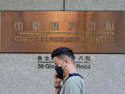 Un hombre pasa frente a la sede de Evergrande en Hong Kong este lunes