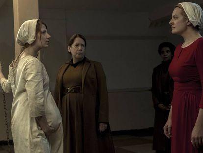 Elisabeth Moss (izquierda) y Anne Dowd (centro) en la segunda temporada de 'The Handmaid's Tale'.