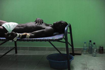Un hombre, contagiado de cólera, recibe tratamiento en un hospital gestionado por cubanos en Arachaie, al norte de Puerto Príncipe.