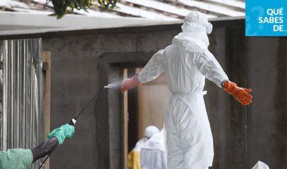 Una enfermera con el equipo protector para el ébola (Liberia).