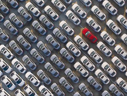 Foto aérea de un depósito de coches nuevos en Wuhan, China.