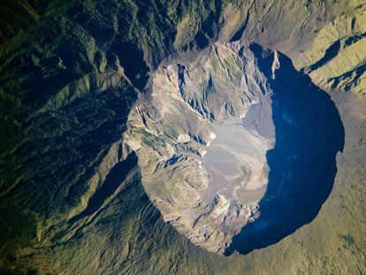 La caldera del volcán Tambora, de seis kilómetros de diámetro.