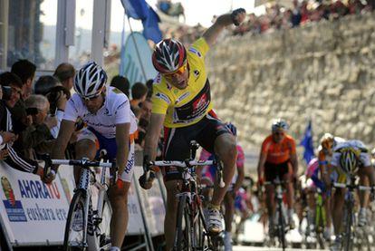 Valverde celebra su entrada en la meta por delante de Freire.