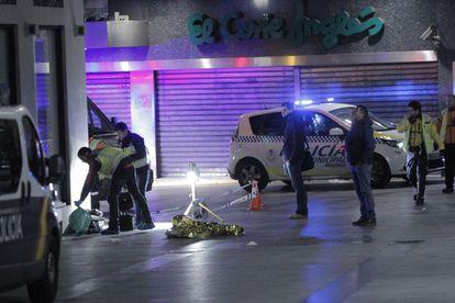La policía en el lugar donde se produjo el crimen.