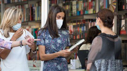 La reina Letizia recibe un libro como regalo en la inauguración de la Feria del Libro de Madrid, este viernes.