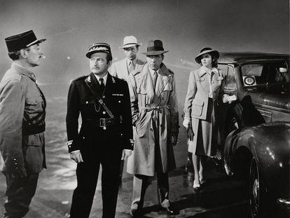 Escena final de 'Casablanca', con Claude Rains y Humphrey Bogart en el centro de la imagen.
