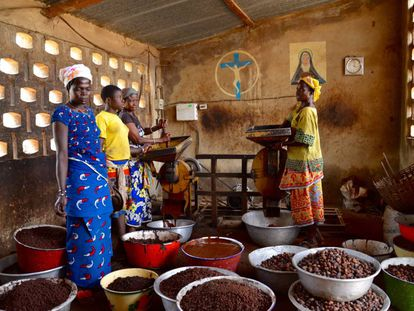 Cooperativa de mujeres que aprovecha la energía fotovoltaica para transformar el karité en aceite.