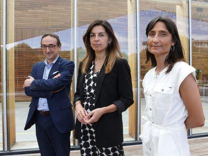 Los profesores Josep Tamarit (Universitat Oberta), Noemí Pereda (Universidad de Barcelona) y Gemma Varona (Universidad del País Vasco), autores de un estudio sobre la pederastia en la Iglesia española, este lunes en San Sebastián.