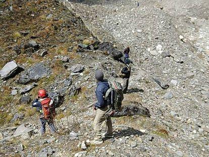 Miembros del equipo de rescate nepalí durante la recuperación de los cadáveres en el monte Gurja.