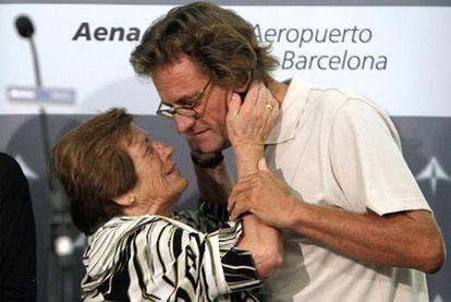 El cooperante Roque Pascual saluda a su madre a su llegada ayer por la noche al aeropuerto de El Prat, Barcelona.