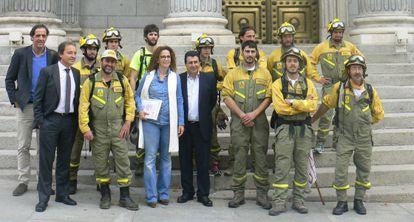 Un grupo de brigadistas se reúne con diputados del PSOE, en una imagen de archivo.