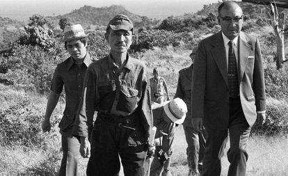Hiroo Onoda, izquierda, con su uniforme del Ejército Imperial, el 10 de marzo de 1974, tras su rendición, en la isla filipina de Lubang.
