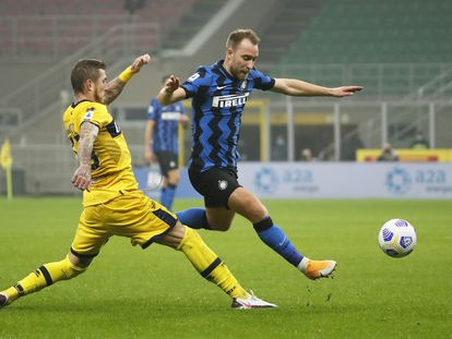 Eriksen intenta superar a Kucka, volante del Parma, el sábado pasado.