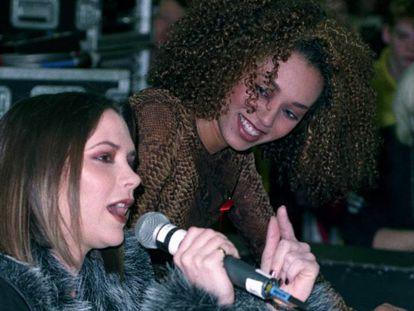 Victoria Beckham y Mel B en diciembre de 1996.