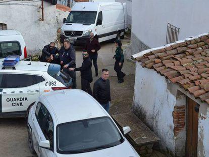 Bernardo Montoya es conducido por la Guardia Civil a su domicilio en El Campillo.