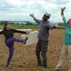 El autor, en su huerto ecológico, con dos compañeras (Laura y Ana) del grupo de reparto.