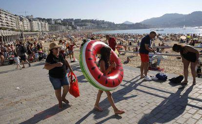 Miles de bañistas abarrotan este lunes la playa de La Concha, en San Sebastián.