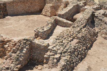 Muralla reforzada tras el terremoto del yacimiento de Cabezo Pequeño del Estaño.