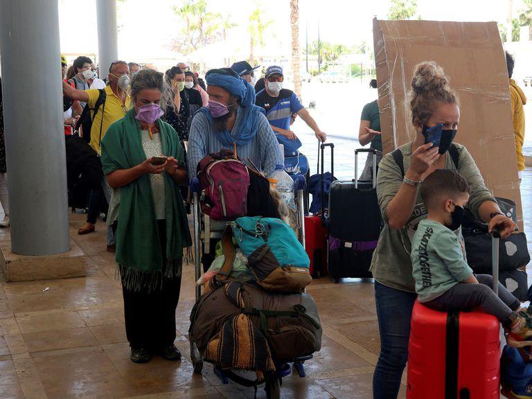 Un grupo de españoles regresa a España desde Casablanca en un vuelo especial de repatriación organizado por la Embajada española en Marruecos el pasado jueves.