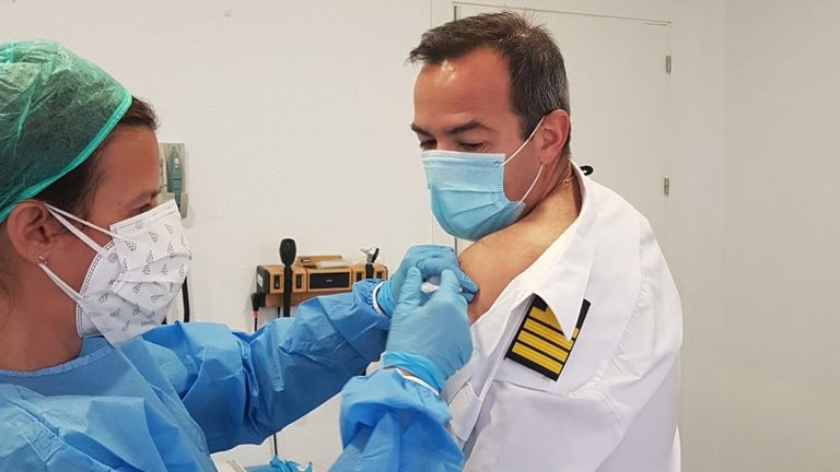 A member of the crew of the amphibious attack ship Castilla receives the Kovid-19 vaccine.