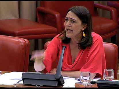 La portavoz socialista, Soraya Rodríguez, ha abandonado la sala después de que la vicepresidenta del Congreso, Celia Villalobos, le retirara la palabra.