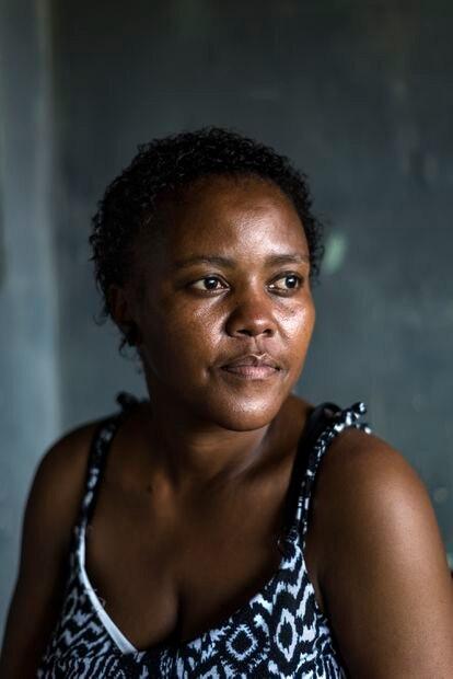 Nondumiso Ndlela, de 38 años, de Eshowe. VIH positiva desde 2002, ha luchado contra el estigma en una zona rural y ha tenido hijos que han  nacido sin VIH.