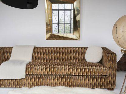 Sofá tapizado con tela Wood, que imita en terciopelo a la madera.