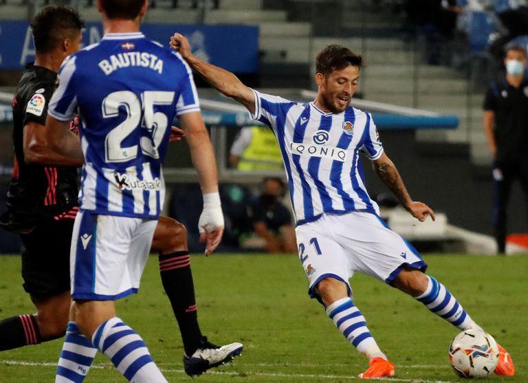 David Silva golpea el balón en el partido entre la Real Sociedad y el Real Madrid el pasado domingo en el Reale Stadium.